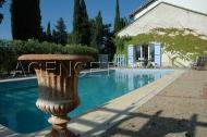 Vue sur le ventoux, la piscine carrelée et son pool house equipé